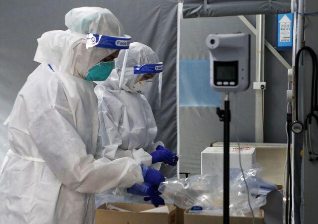 Profissionais de saúde no centro de testes da COVID-19 no hospital de Kuala Lumpur, Malásia, 16 de fevereiro de 2021