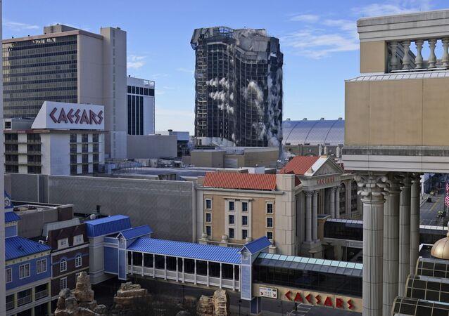 Ex-cassino Trump Plaza é implodido em Atlantic City, EUA