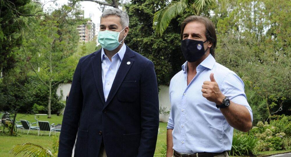 O presidente do Paraguai, Mario Abdo Benítez, ao lado do seu homólogo uruguaio, Luis Lacalle Pou, após encontro.