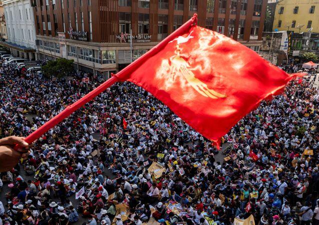 Manifestantes se reúnem na maior cidade de Mianmar, Yangon, em 17 de fevereiro de 2021