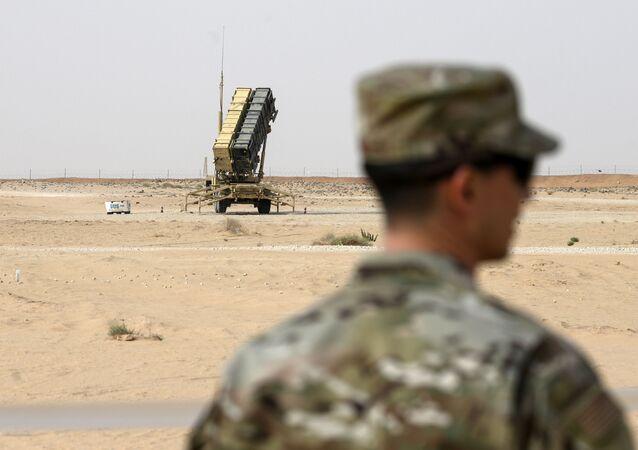 Membro da Força Aérea dos EUA perto de uma bateria de mísseis Patriot na base aérea Prince Sultan em Al-Kharj, região central da Arábia Saudita, 20 de fevereiro de 2020 (foto de arquivo)