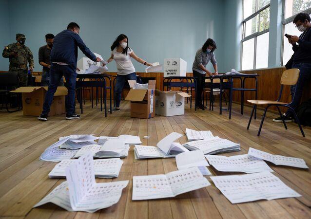 Funcionários fazem contagem dos votos de eleição do Equador.