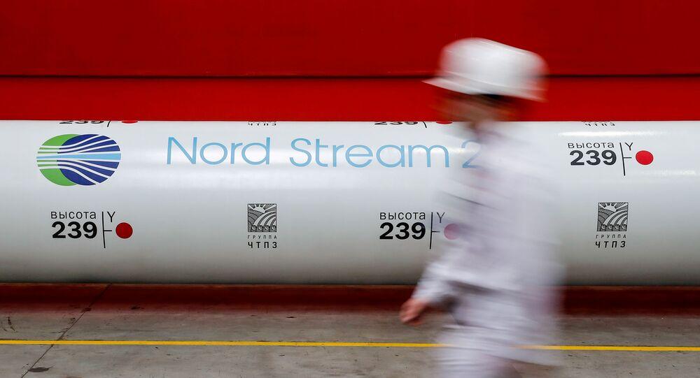 Logo do projeto Nord Stream 2 em gasoduto exposto na fábrica de Chelyabinsk, Rússia, 26 de fevereiro de 2020 (foto de arquivo)