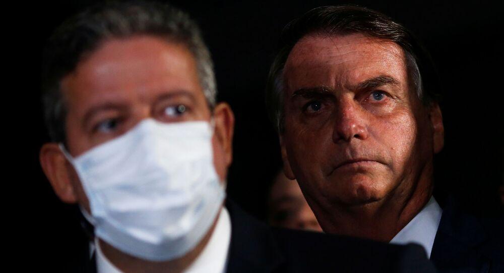 Presidente do Brasil, Jair Bolsonaro (à direita) e o presidente da Câmara, Arthur Lira (PP-AL), durante conferência de imprensa no Congresso Nacional, Brasília, 23 de fevereiro de 2021