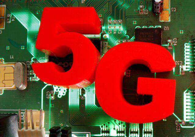 Sigla tridimensional 5G em uma placa mãe, 24 de abril de 2020