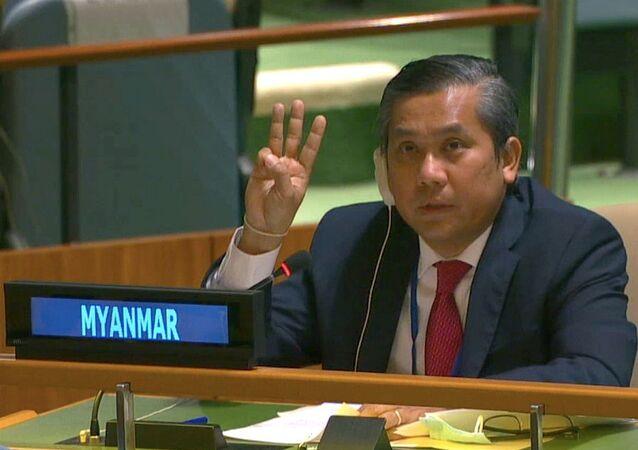 O embaixador de Mianmar nas Nações Unidas, Kyaw Moe Tun, durante discurso na entidade em defendeu os manifestantes do país que protestam contra o golpe militar. O diplomata encerrou seu discurso com uma saudação de três dedos, um gesto usado por manifestantes contra os militares.