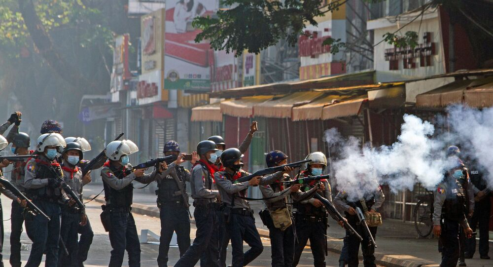 Policiais militares atiram gás lacrimogêneo e bombas de borracha contra manifestantes na cidade de Yangon, em Mianmar.