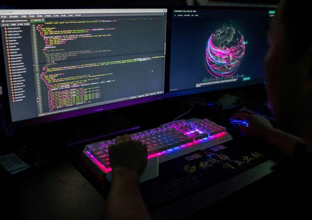 Um membro de um grupo de hackers usando site que monitora ataques cibernéticos globais em seu computador. Nos dias atuais, os ataques de hackers a grandes instituições e empresas são cada vez mais comuns