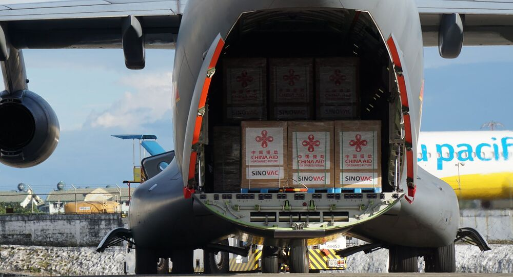 Avião militar chinês prestes a decolar carregado de doses de vacina da Sinovac