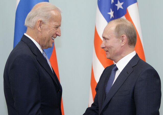 O então premiê da Rússia, Vladimir Putin, e o vice-presidente dos EUA, Joe Biden, se encontram em Moscou (foto de arquivo)
