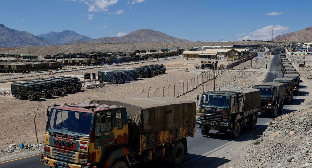 Caminhões militares carregando suprimentos avançam para áreas da região de Ladakh, 15 de setembro de 2020