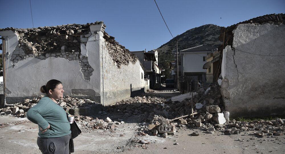 Mulher perto de casa destruída após forte terremoto de magnitude de 6,3 no povoado de Damasi, perto da cidade de Tyrnavos, Grécia, 3 de março de 2021