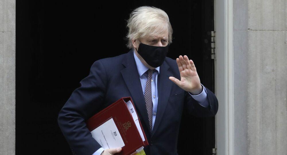 Em Londres, no Reino Unido, o primeiro-ministro britânico, Boris Johnson, deixa a residência oficial em direção ao parlamento, em 3 de março de 2021