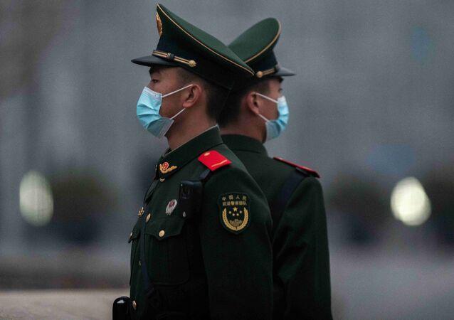 Soldados chineses na praça Tiananmen, em Pequim, China, 5 de março de 2021