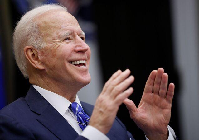 Biden aplaudindo enquanto parabeniza a equipe do Perseverance da NASA pelo pouso bem-sucedido em Marte, EUA, 2 de março de 2021