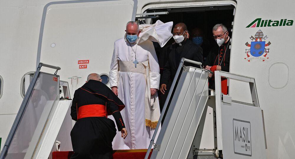 O papa Francisco é recebido no aeroporto de Bagdá na primeira visita de um pontífice ao Iraque