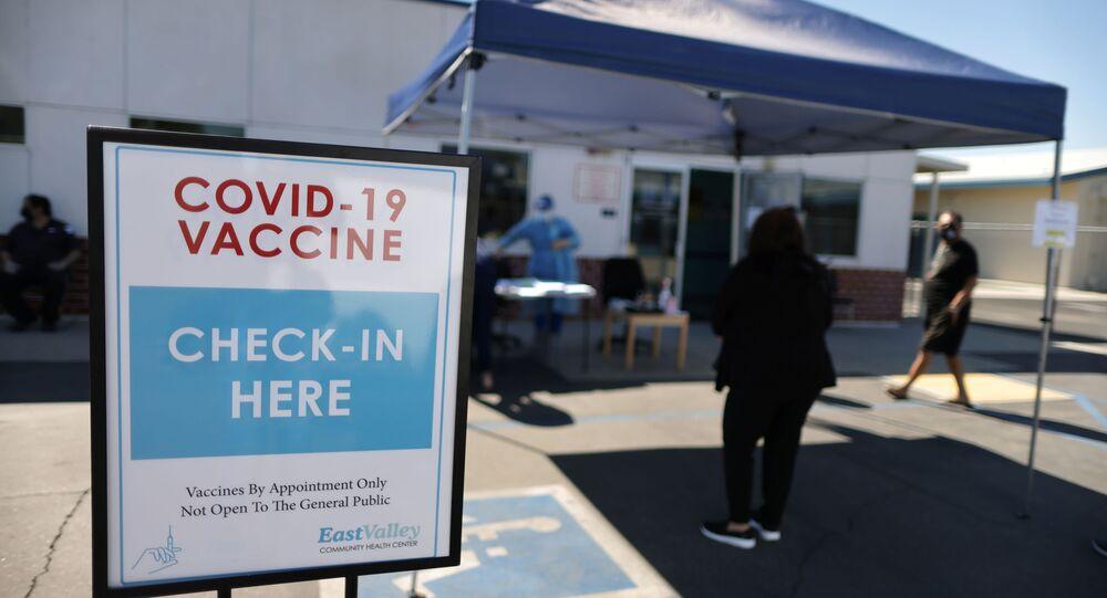 Pessoas prontas para vacinação contra o SARS-CoV-2 no Centro Comunitário de Saúde de East Valley, em La Puente, Califórnia, EUA, 5 de março de 2021