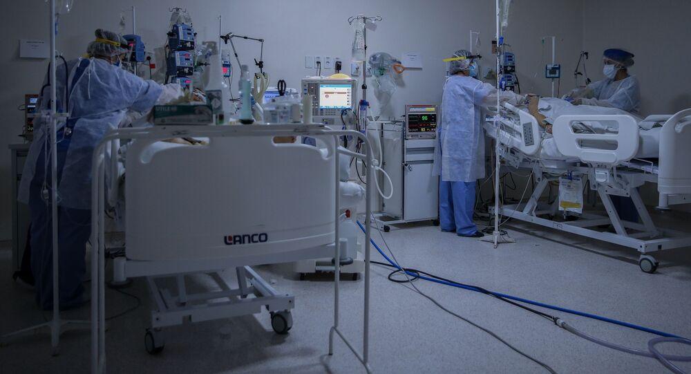 Equipe médica durante tratamento de paciente com COVID-19 em Bragança Paulista, no interior de São Paulo.
