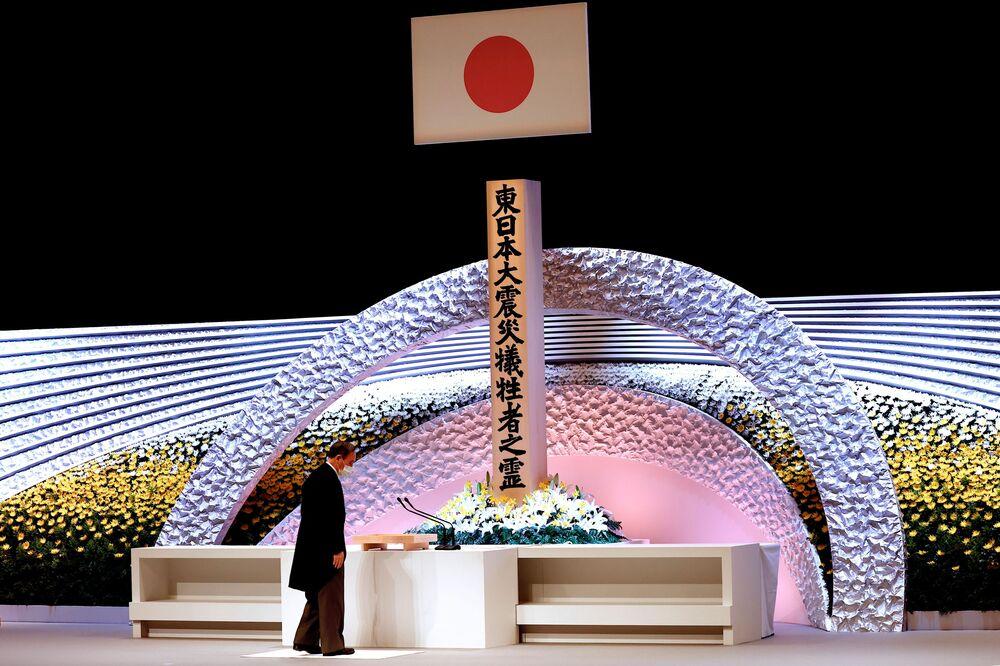 Primeiro-ministro japonês Yoshihide Suga em cerimônia pelo 10º aniversário do desastre, Tóquio, Japão, 11 de março de 2021