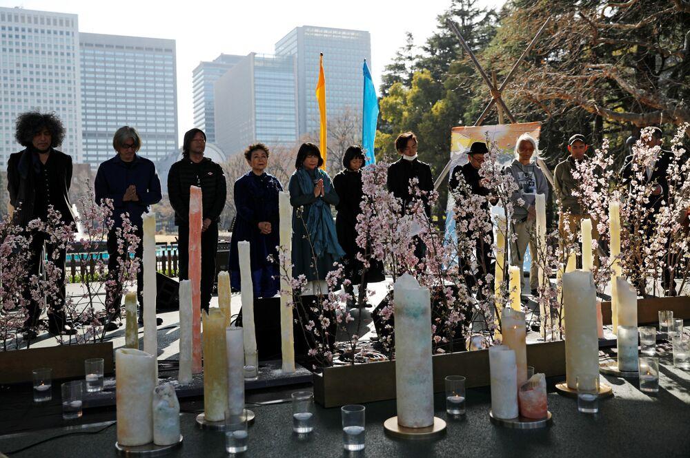 Pessoas fazem minuto de silêncio em memória das vítimas do terremoto de 2011, Tóquio, Japão, 11 de março de 2021