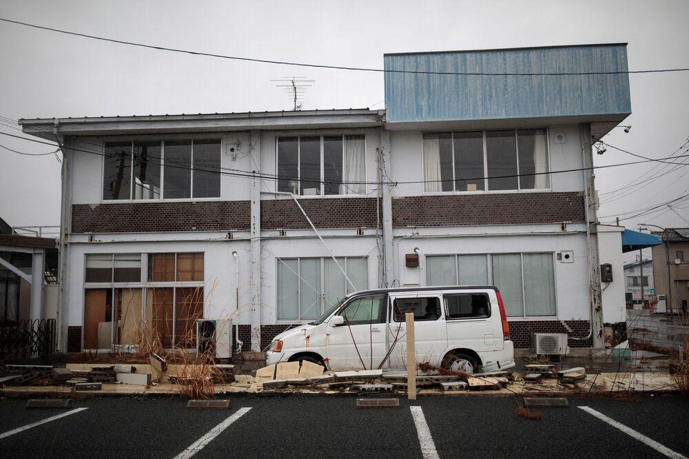 Casa e carro abandonados na cidade de Namie, província japonesa de Fukushima, após o terremoto em 2011, 5 de março de 2018