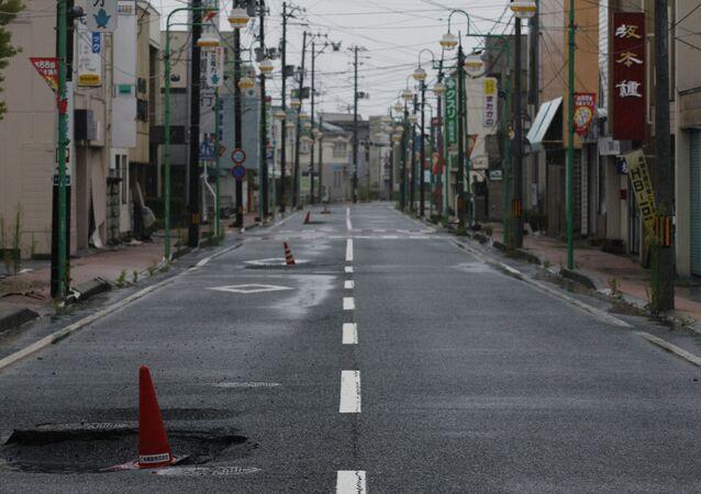 Rua principal da cidade japonesa de Tomioka, prefeitura de Fukushima, atingida pelo terremoto e tragédia nuclear na usina de Fukushima Daiichi, 19 de agosto de 2011