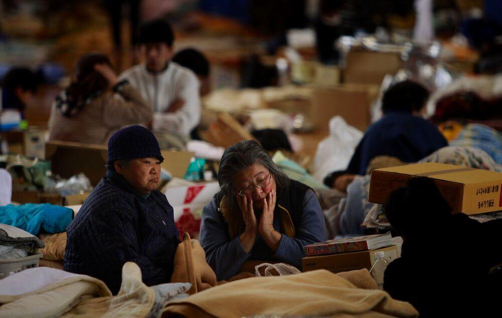 Idosas descansam em um centro de evacuação por radiação vazada da usina nuclear danificada de Fukushima Daiichi, Japão, 21 de março de 2011