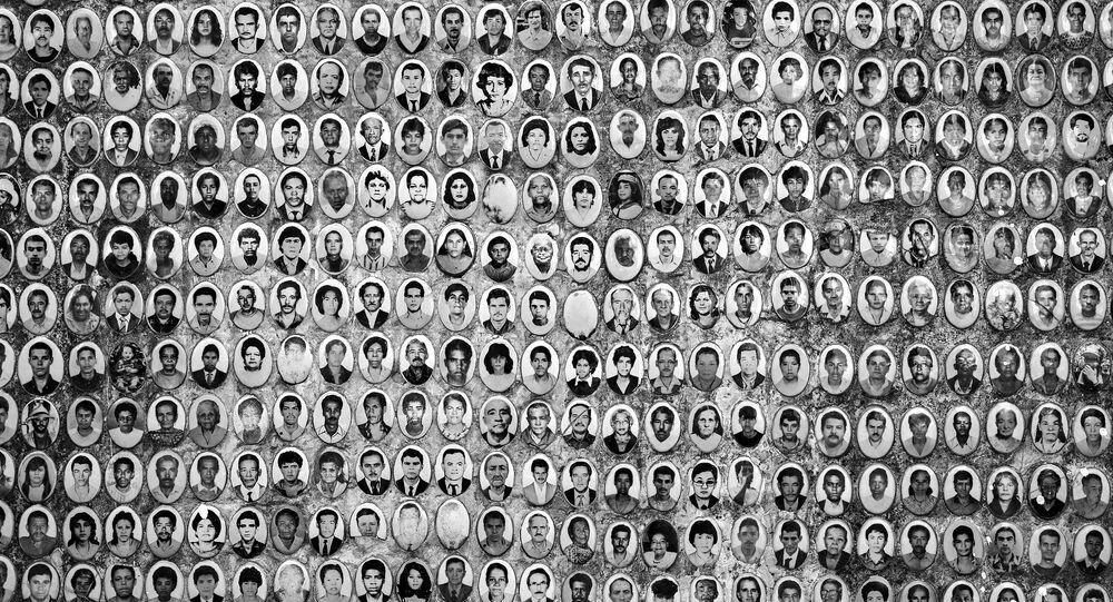 Em São Paulo, painel exibe retratos de mortos sepultados no cemitério São Luiz, o maior da Zona Sul da capital paulista, em 22 de abril de 2020