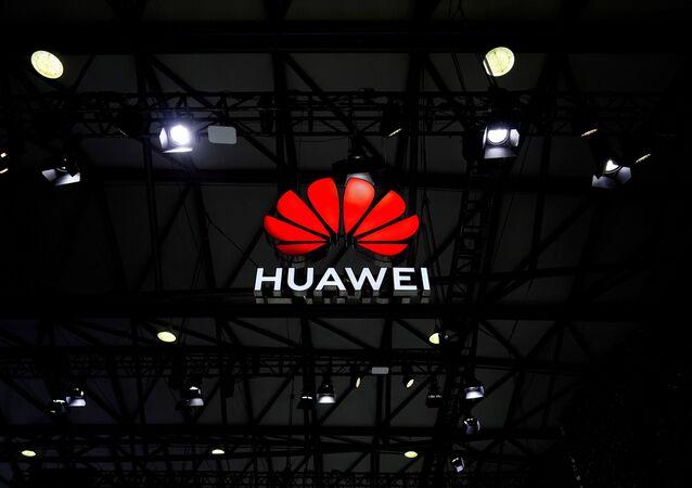 Logotipo da empresa Huawei no Congresso Mundial Móvel em Xangai, China, 23 de fevereiro de 2021