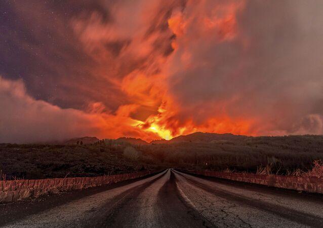 Lava sendo expelida do vulcão Etna, Itália