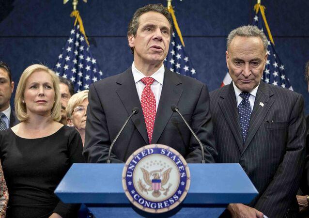Andrew Cuomo em uma entrevista coletiva no Capitólio em Washington. Ao lado dele, a senadora Kirsten Gillibrand e o senador Charles Schumer