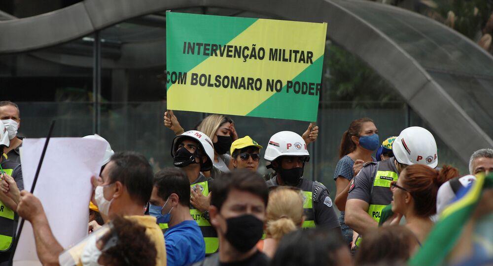 Grupo de manifestantes em frente à FIESP, em São Paulo, pede intervenção militar e o fim das medidas de isolamento contra o coronavírus