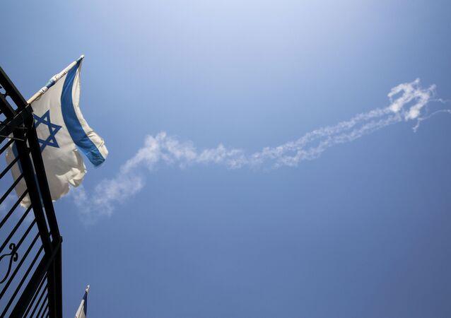 Israel bandeira com fumaça no céu