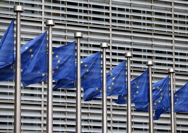 Bandeiras da União Europeia tremulam fora da sede da Comissão Europeia em Bruxelas, Bélgica, 28 de outubro de 2015