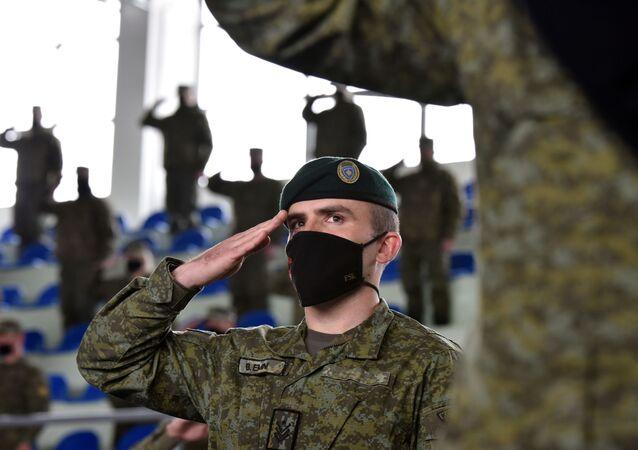 Membros da Força de Segurança do Kosovo (KSF, na sigla em inglês) participam de uma cerimônia antes de ser enviado para missão em Pristina, Kosovo, 9 de março de 2021