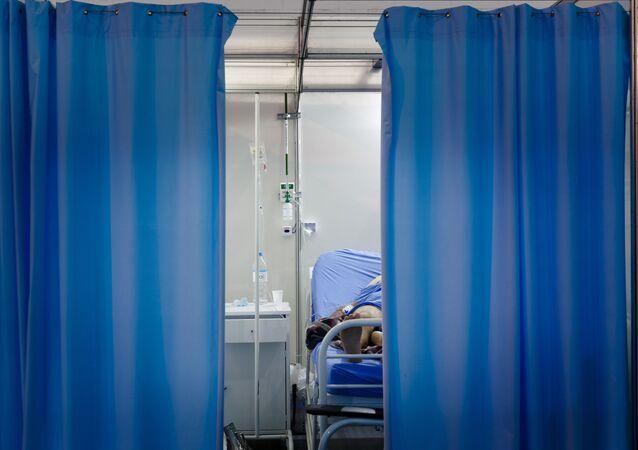Em Ribeirão Pires, interior de São Paulo, pacientes são atendidos em um setor de um hospital de campanha em meio à pandemia da COVID-19, em 15 de março de 2021