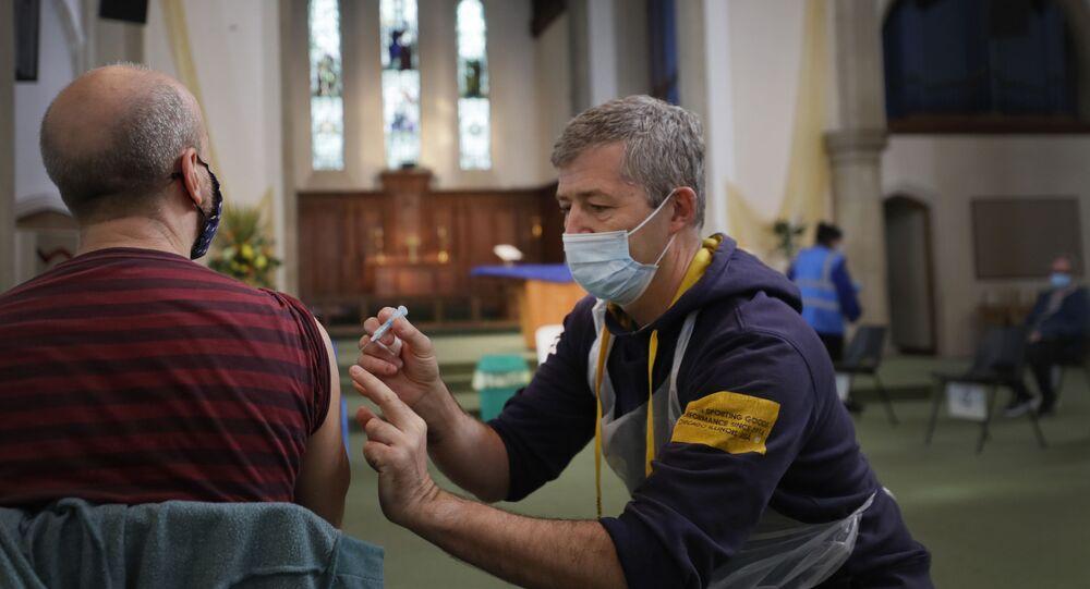 Um vacinador administra o imunizante da AstraZeneca na Igreja de St John, em Ealing, Londres, em 16 de março de 2021.