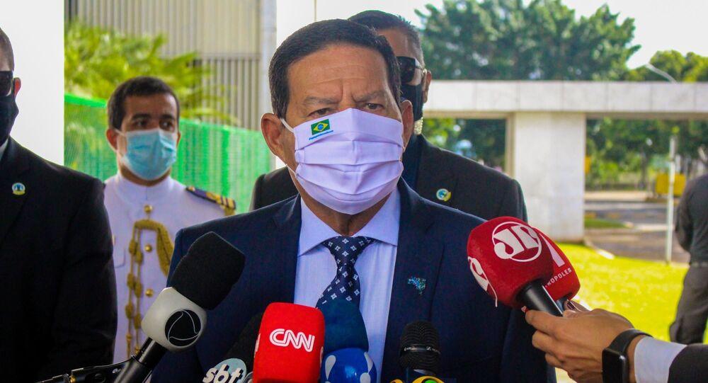 O vice-presidente da República, general Hamilton Mourão, concede entrevista à imprensa na entrada do Palácio do Planalto.