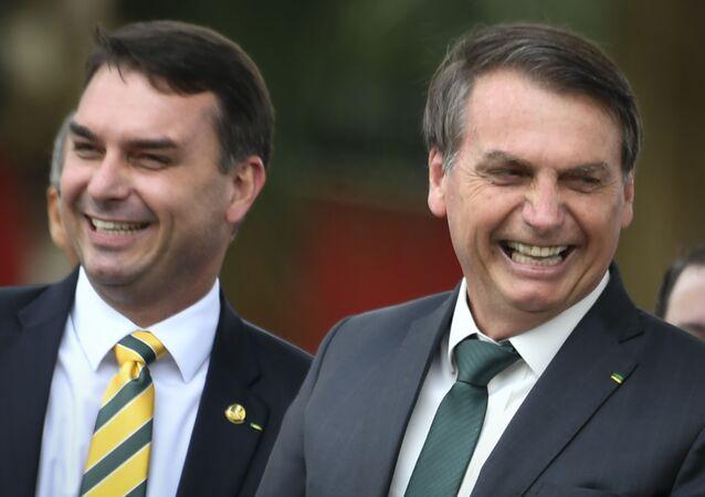 Jair Bolsonaro, presidente do Brasil, com seu filho e senador Flávio Bolsonaro, em Brasília, 21 de novembro de 2019