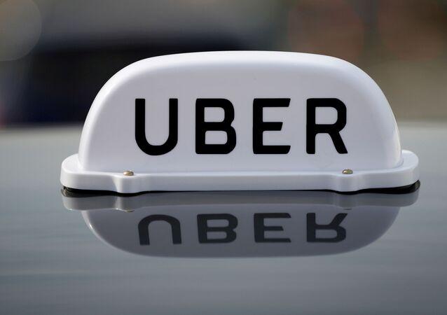 Logo de um carro da Uber em Liverpool, no Reino Unido.