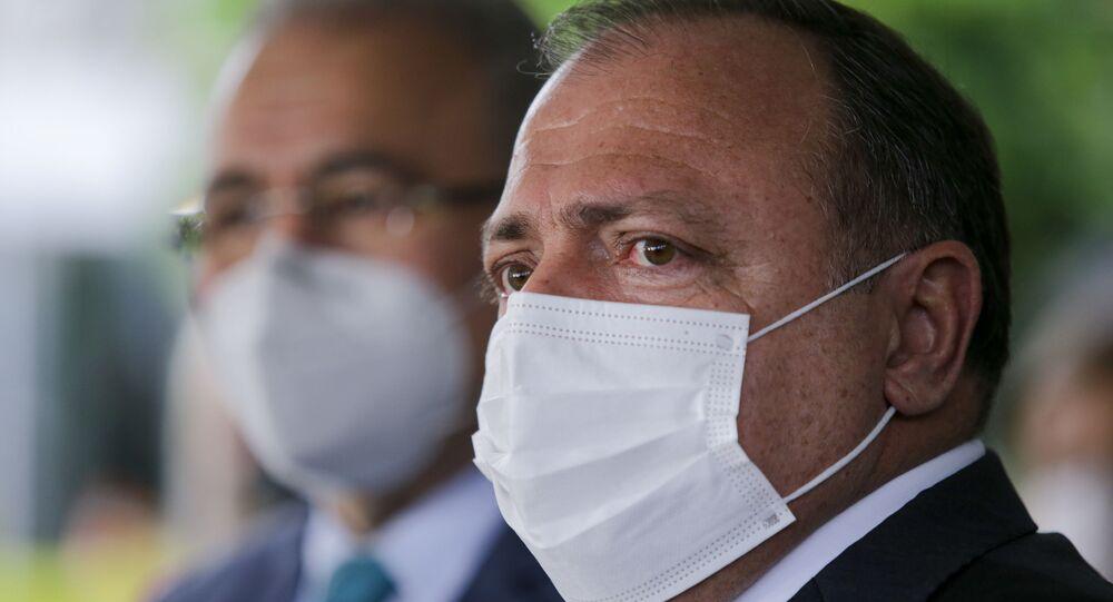 Ex-ministro da Saúde Eduardo Pazuello, ao lado de Marcelo Queiroga, que o substituiu no cargo (16 de março de 2021)