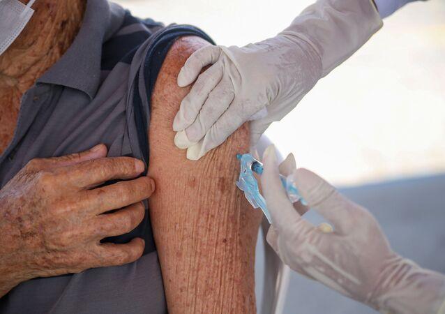 Idoso recebe a vacina da AstraZeneca/Oxford contra a COVID-19 em Olinda, no Recife.