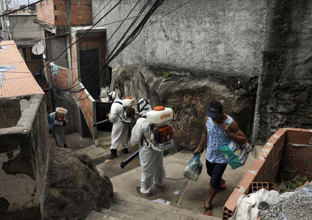 Voluntários realizam sanitização contra coronavírus na favela Santa Marta, no Rio de Janeiro