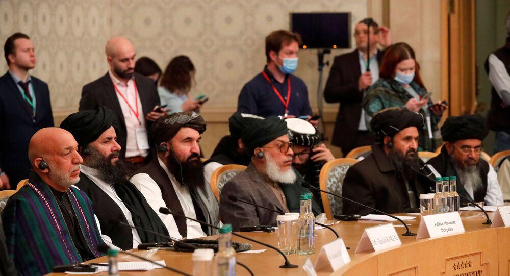 Autoridades, incluindo o ex-presidente afegão Hamid Karzai e o vice-líder e negociador do Talibã, Mullah Abdul Ghani Baradar, participam da conferência de paz afegã em Moscou, Rússia, em 18 de março de 2021
