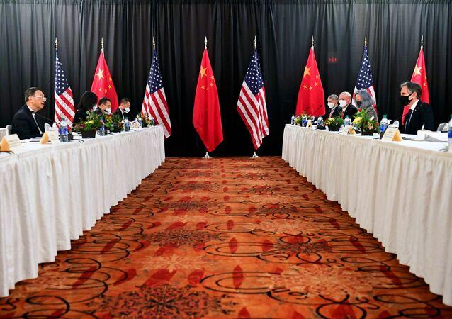 O secretário de Estado dos EUA, Antony Blinken, acompanhado pelo Conselheiro de Segurança Nacional, Jake Sullivan, fala com Yang Jiechi, diretor do Gabinete da Comissão Central de Relações Exteriores, e Wang Yi, ministro das Relações Exteriores, na sessão de abertura das conversações EUA-China no Captain Cook Hotel em Anchorage, Alasca, EUA, 18 de março de 2021