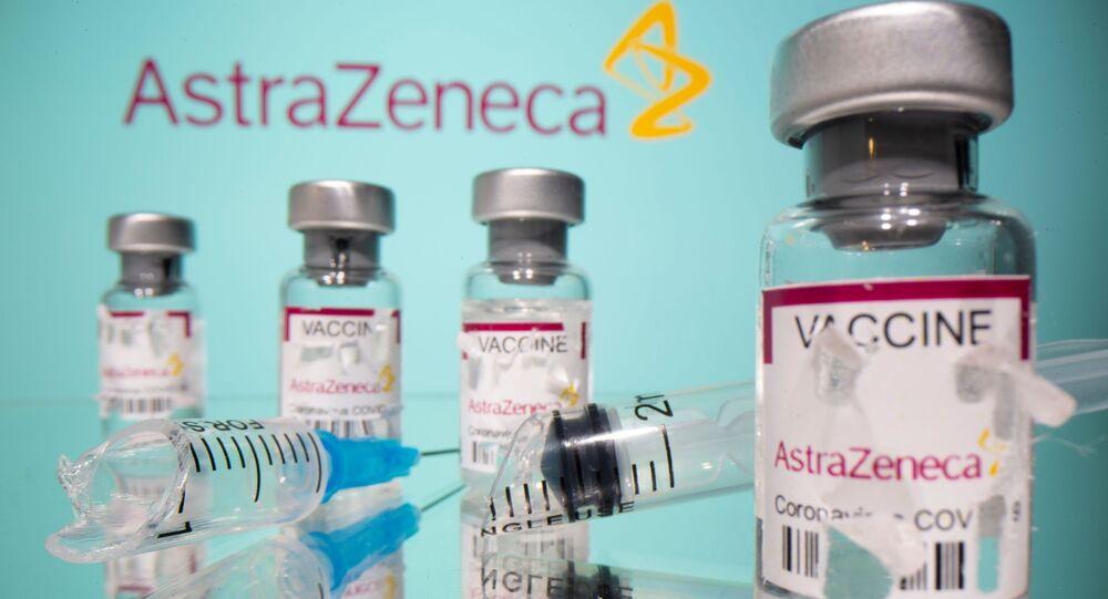 Frascos etiquetados da vacina AstraZeneca contra a COVID-19 e uma seringa quebrada são vistos na frente do logotipo da AstraZeneca nesta ilustração tirada em 15 de março de 2021.