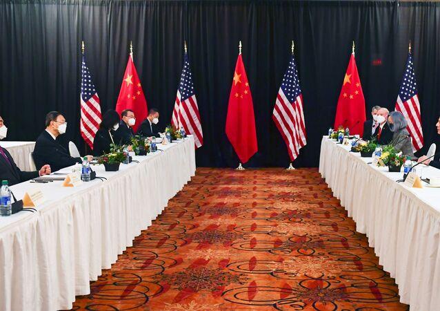 Antony Blinken, secretário de Estado dos EUA (segundo à direita), acompanhado por Jake Sullivan, conselheiro de Segurança Nacional dos EUA (primeiro à direita), fala em direção a Yang Jiechi (segundo à esquerda), diretor do Escritório da Comissão Central de Relações Exteriores do PC da China, e Wang Yi (primeiro à esquerda), conselheiro de Estado e ministro das Relações Exteriores da China, em Anchorage, Alasca, EUA, 18 de março de 2021