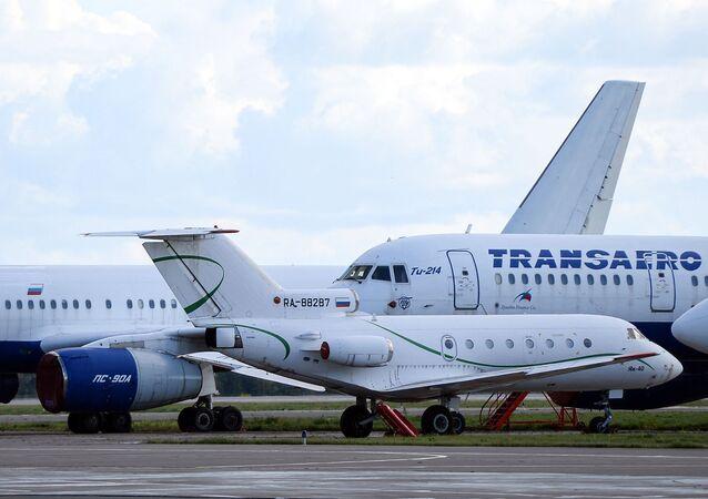 Aviões Yak-40 e Tu-214 estacionados em 14 de setembro de 2020 no Aeroporto Internacional Gabdulla Tukai de Kazan, Rússia