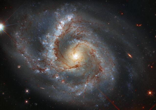 Imagem da Arp 28, galáxia espiral barrada localizada na constelação de Pegasus, a aproximadamente 145 milhões de anos-luz de distância da Terra