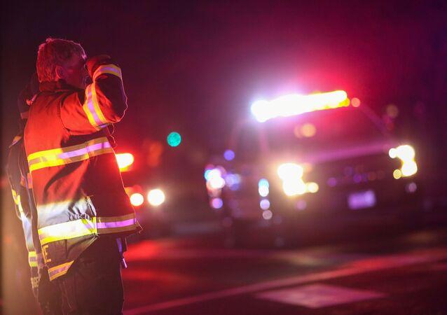 Socorrista faz homenagem ao policial morto durante tiroteio em supermercado em Colorado, nos Estados Unidos.